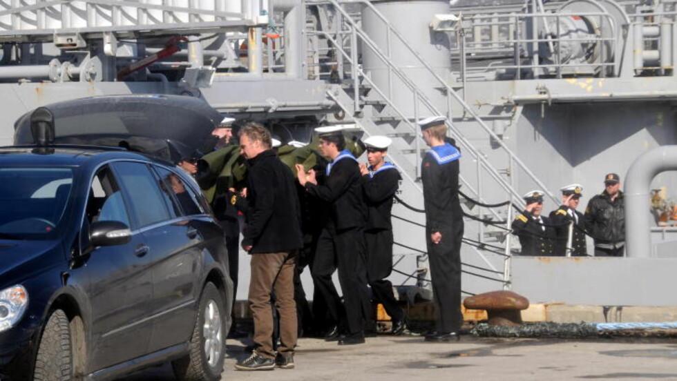 BRAKT I LAND: De omkomne etter småbåtulykken torsdag på Hadselfjorden i Vesterålen, ble fredag bragt i land i Stokmarknes fra kystvaktskipet Barentshav. Foto: Marius Birkeland / Scanpix