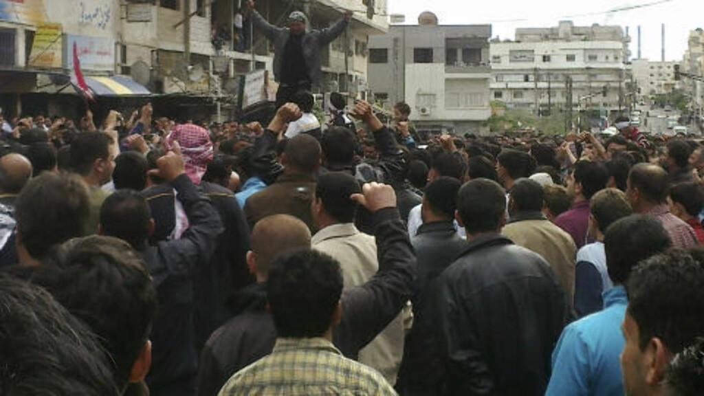 KREVER REFORMER:  Demonstrantene i Banias, Syria. Bildet ble tatt gjennom et mobilkamera av en aktivist. Foto: AP