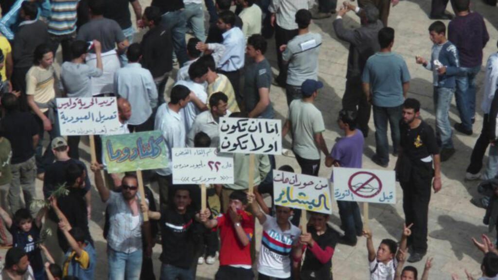 KREVER REFORMER: Demonstrantene smalet under en protestmarsj i byen Deraa, den 21. april. Blant dem er også barn, og noen av dem skal være drept av syriske sikkerhetsstyrker. Foto: Reuters/Handout