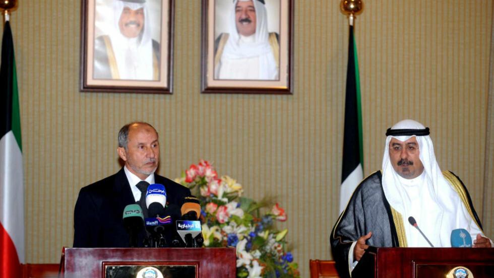 FÅR PENGER:  Opprørsrådets leder Mustafa Abdul Jalil (til venstre) presenterte nyheten om pengestøtte sammen med Kuwaits utenriksminiter. Foto: AFP PHOTO/YASSER AL-ZAYYAT