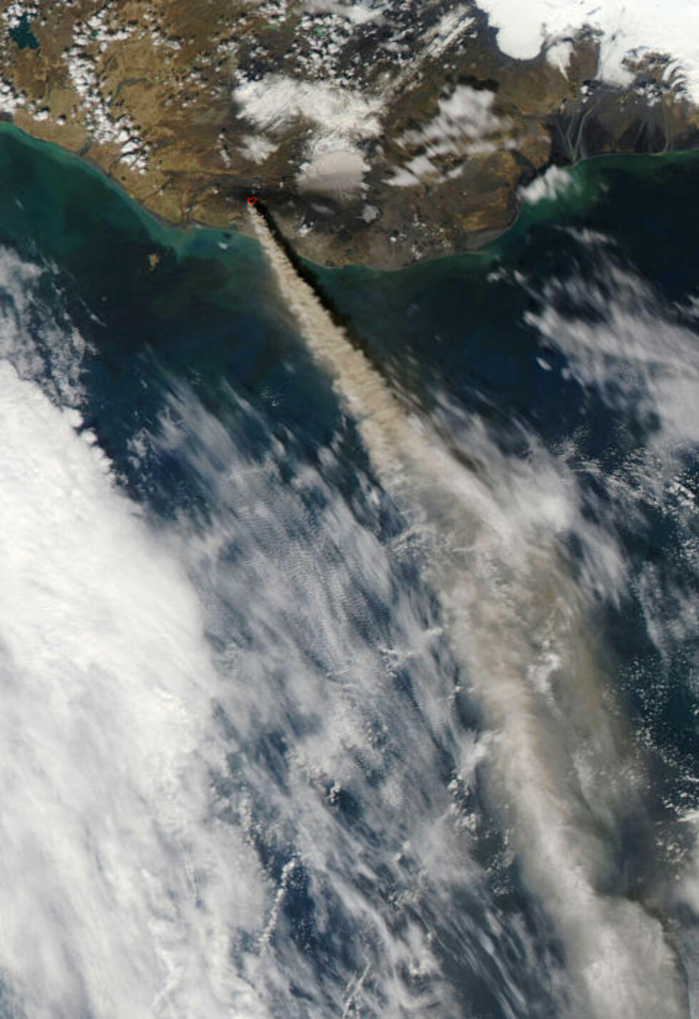 HØYT OG LANGT: Partikler fra utbruddet ble skutt høyt opp i atmosfæren og kunne dermed bevege seg over lange avstander. Foto: AFP/NASA/SCANPIX