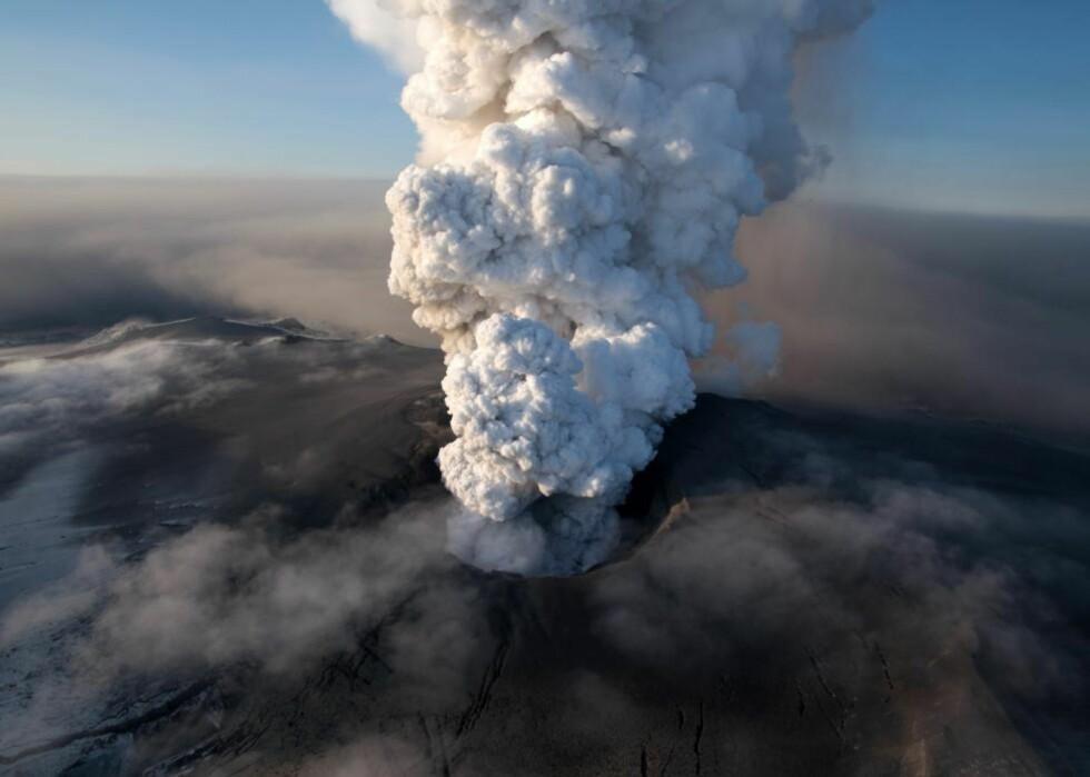 FARLIG FOR FLY: Analyser av askepartikler fra utbruddet av vulkanen Eyjafjallajökull i fjor viser at det var en riktig avgjørelse å stenge flyplasser over hele Europa. De skarpe partiklene reiste langt og kunne føre til alvorlige skader på flykropper og -motorer, konkluderer studien. Foto: AP Photo/Arnar Thorisson/Helicopter.is/SCANPIX
