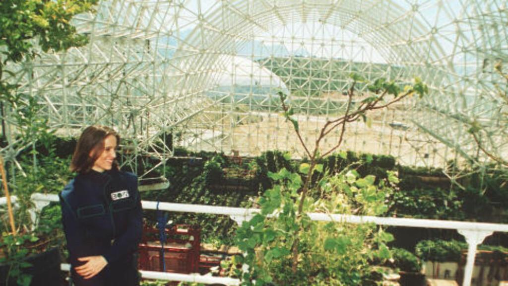 JORDBRUKSENHETEN:  Abigail Alling står på balkongen over jorbruksenheten ved Biosphere 2. Bildet ble tatt i 1993. Foto: AP Photo/Jeff Robbins/Scanpix