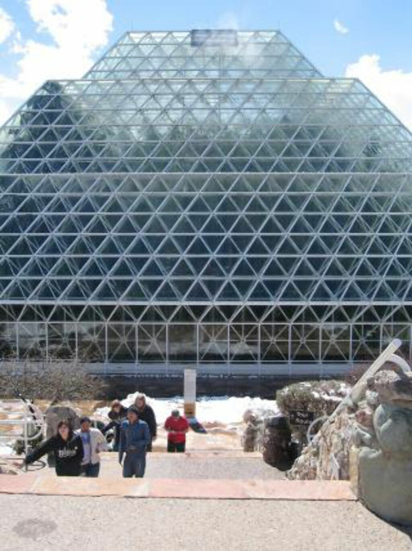 REGNSKOG:  Bildet viser bygningen som huser regnskogsenheten på Biosphere 2. Foto: AP Photo/Allen Breed/Scanpix