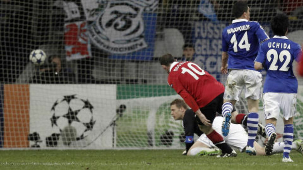 TO HULL: Da Neuer til slutt måtte gi tapt, fikk han to bak seg i løpet av kort tid. Her setter Wayne Rooney inn 2-0.Foto: SCANPIX/REUTERS/Alex Domanski