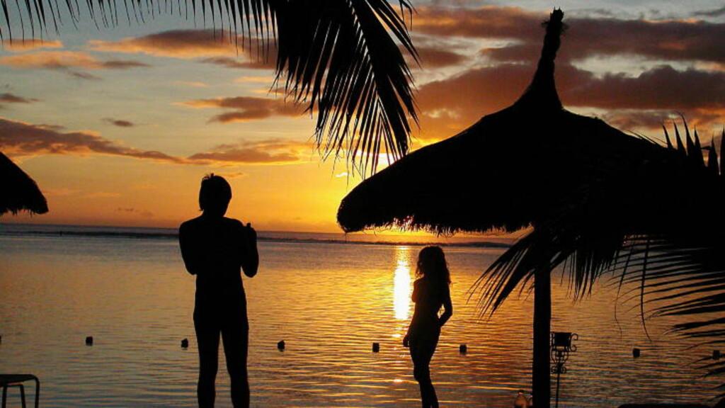 MAURITIUS: Idyll på Sugar Beach. Mange par drømmer om en bryllupsreise med sommer, solnedgang, ferie, strand, palmer og  parasoller. Foto: EIVIND PEDERSEN