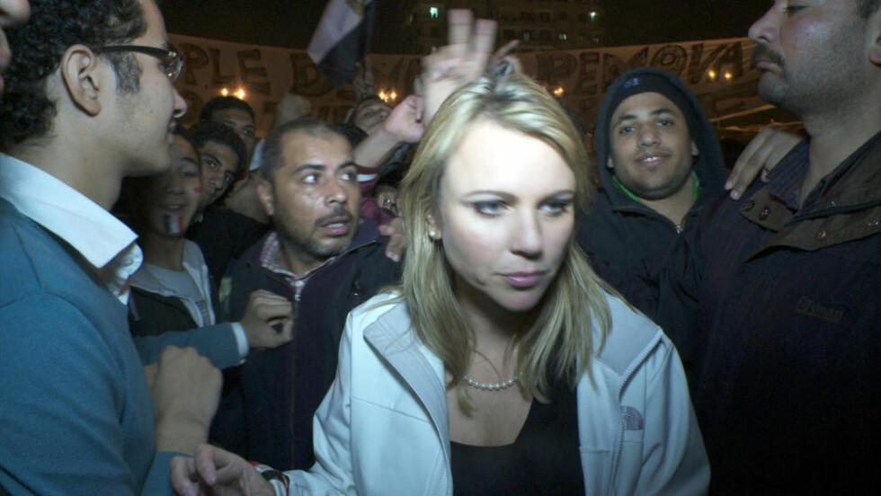 RETT FØR ANGREPET: Dette bildet ble tatt rett før Lara Logan ble skilt fra resten av teamet og ble angrepet og utsatt for seksuelle overgrep av 200-300 menn på Tahrir-plassen i Kairo. Foto: Reuters/CBS News/Scanpix