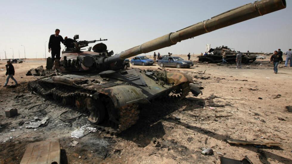 KADHAFHI: En av Kadhafis utbombede tanks står igjen utenfor byen Adjabiya. USAs FN-ambassadør Susan Rice mener at Kadhafi tar i bruk ganske så forskjellige våpen i kampen mot opprøret i landet. FN-ambassadøren hevder at libyske regjeringssoldater i økende grad bruker voldtekt som våpen og at noen av dem har fått utdelt potensmiddelet Viagra.Foto: Andrew Winning / Reuters / Scanpix