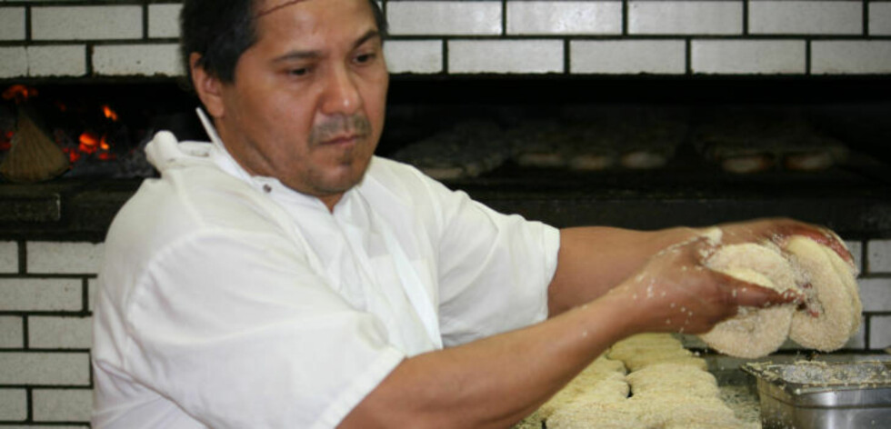 BAGELVINNER: Mauricio Garcia lager berømte bagels hos Fairmount Bagels.
