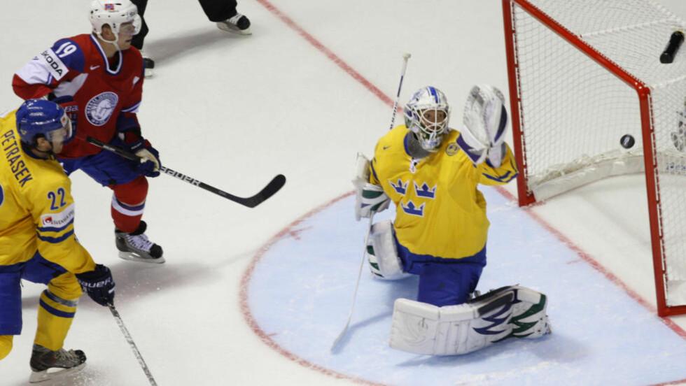 VAKLET: Per-Åge Skrøder ser pucken gå forbi Sveriges målvakt Erik Ersberg. Norge fikk storebror i kne i åpningskampen i ishockey-VM.Foto: SCANPIX/AP/Petr David Josek