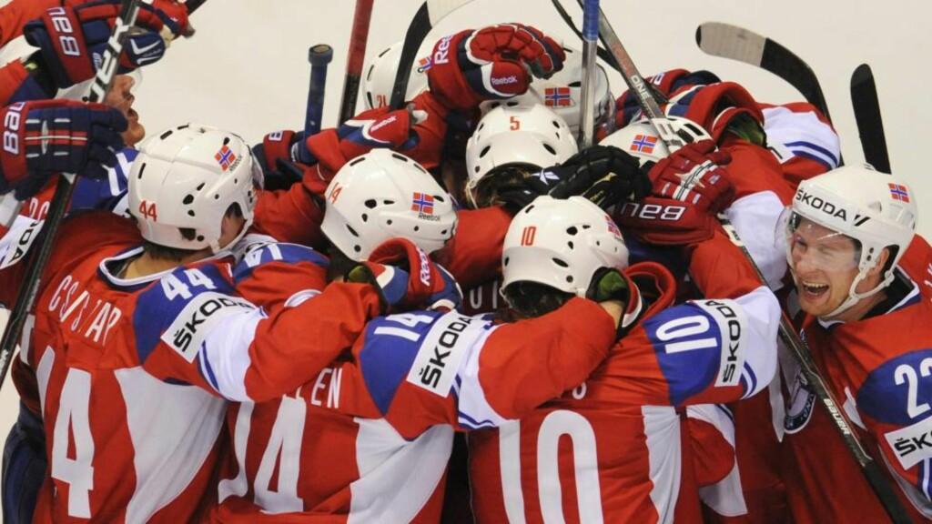 NORGES NYE HELTER: Ishockeygutta var høyt oppe etter endelig å ha tatt skalpen til svenskene i går kveld, og får mye skryt i dag.Foto: SCANPIX/EPA/FILIP SINGER