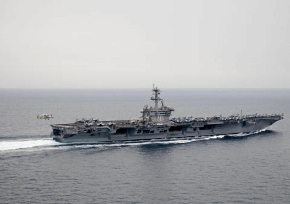 SISTE REIS: Osama bin Laden ble senket i havet fra USS Carl Vinson i det arabiske hav rundt klokka 07, norsk tid i morges. Dette bildet er tatt av hangarskipet i det arabiske hav 4. april i år.  Foto: Timothy Hazel / US Navy / AFP / Scanpix