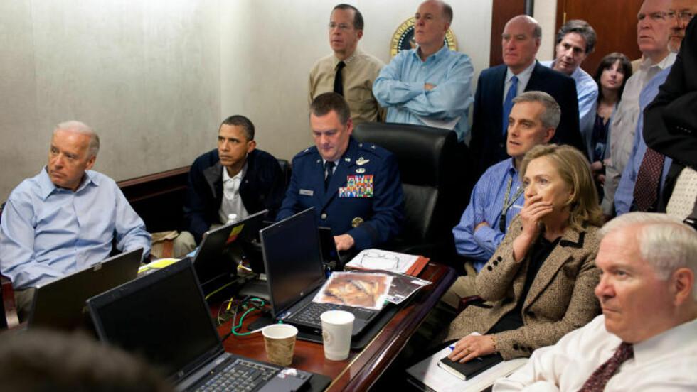 FULGTE MED:: Barack Obama og visepresident Joe Biden fulgte med på storskjerm, sammen med deler av sikkerhetsstaben og forsvarstopper. Foto: PETE SOUZA/DET HVITE HUS