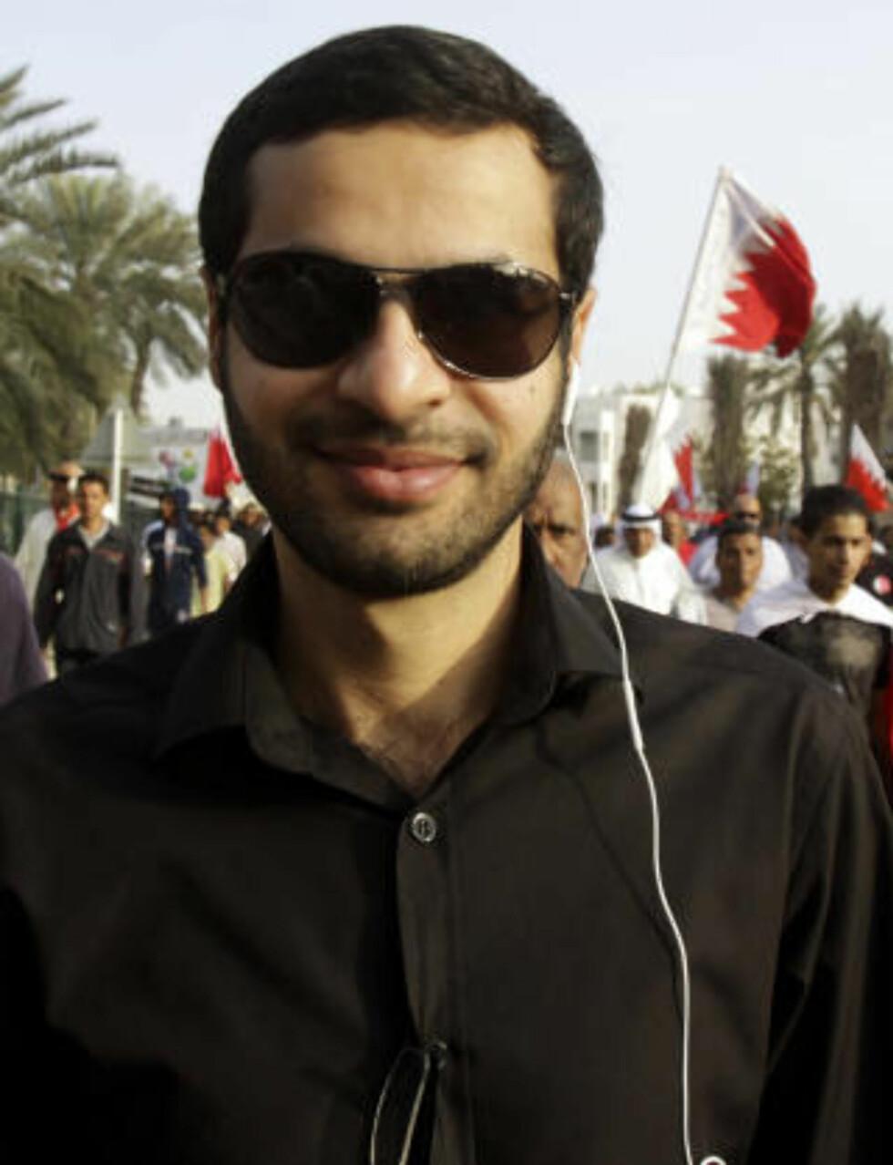 BORTE: Ali Abdulemam er ansett som en av de viktigste aktivistene i Bahrain. Her går han sammen med andre tidligere politiske fanger til Perleplassen i Manama. Foto: AP Photo/Hasan Jamali/Scanpix