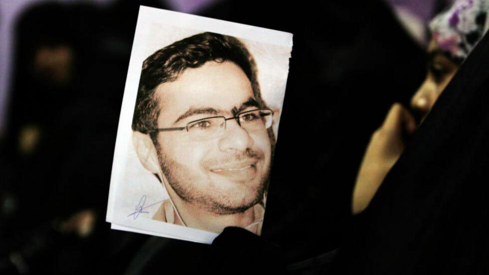 FORSVANT: Den bahrainske aktivisten og bloggeren Ali Abdulemam har forsvunnet like før han skulle til Norge for å tale på menneskerettighetskonferansen Oslo Freedom Forum. Her holder en kvinne et bilde av ham i demonstrasjon under hans forrige fengselsopphold. Flere hundre sjiamuslimer har blitt pågrepet siden opprøret startet i øykongedømmet. Foto: AP Photo/Hasan Jamali/Scanpix