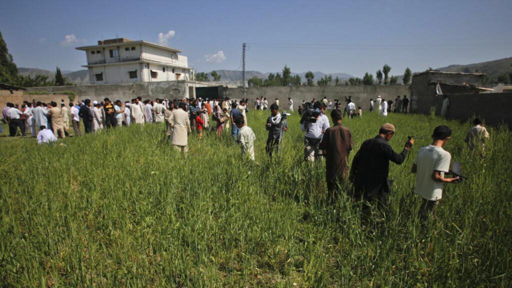TERROR-AVSLØRING: I bygningen hvor al-Qaidas leder Osama bin Laden ble drept i Abbottabad mandag 2. mai ble det beslaglagt avslørende materiale om bin Ladens terrorplaner. På dette bildet er bygningen omringet av journalister og lokale innbyggere. Foto: REUTERS/Akhtar Soomro