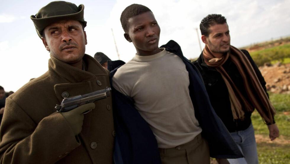 Ikke lenger fredsnasjon: Motstandere av Muammar Kadhafi har arrestert en person de mistenker å være leiesoldat fra Tsjad. Jeg skammer meg over at mitt Norge, som ett av bare seks NATO-land, kastet seg på en diffus FN-resolusjon og nå aktivt deltar i Libyas borgerkrig, skriver Gert Nygårdshaug. Foto: AP / SCANPIX