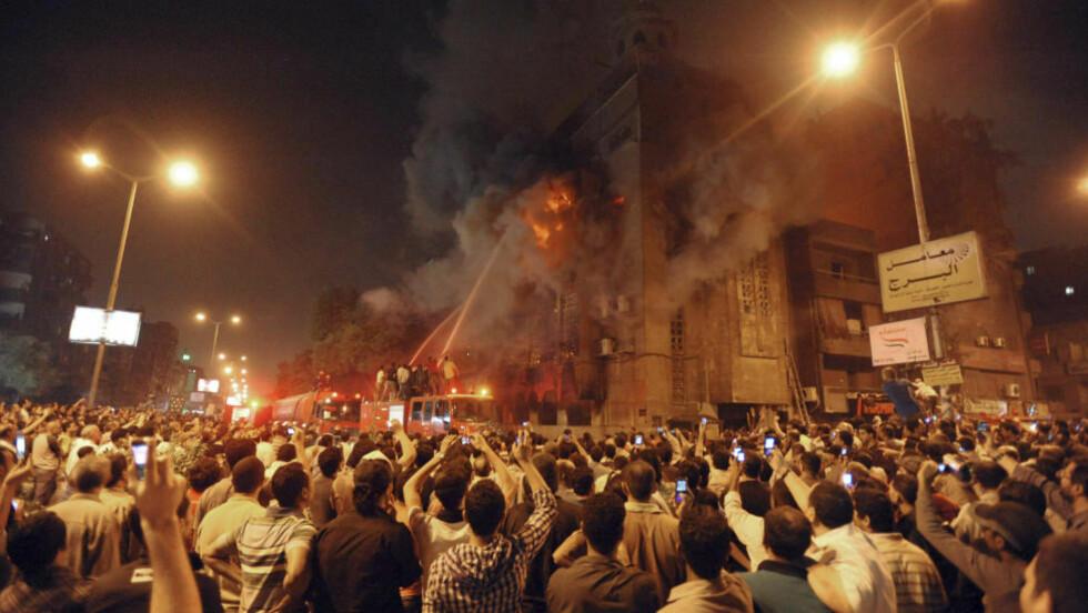 TOK FYR:  Over 500 salafistiske muslimer gikk til angrep på en kirke i Kairo. Muslimene kastet også brannbomber, som antente en leilighet i nærheten av kirken. Foto: AP Photo/Scanpix