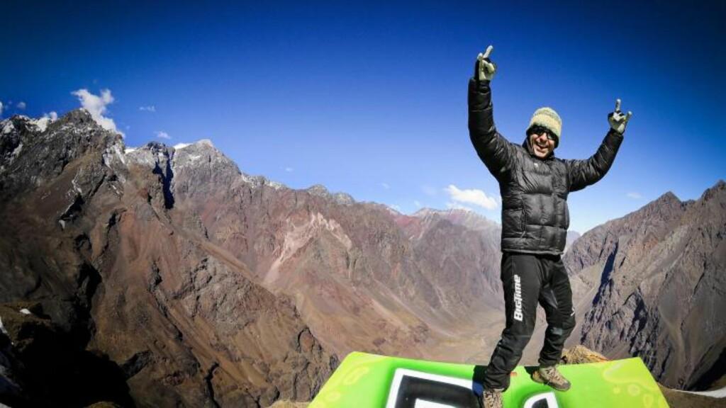 PÅ TOPPEN:  Stuntmannen Julio Muñoz på toppen før han satte utfor stupet. Foto:  EPA/HO