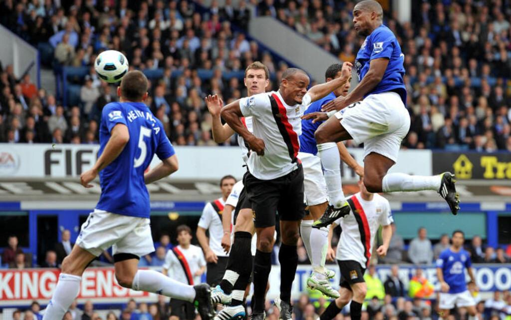 MÅ KOLLAPSE: Manchester City misbrukte en matchball borte mot Everton lørdag. Her nikker Sylvain Distin inn det første av to hjemmemål. Foto: AP/PA/Martin Rickett