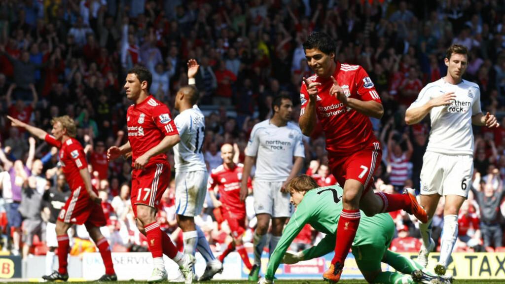 MÅLFEST: Luis Suarez scoret ett av Liverpools tre mål forrige helg. På de fire siste matchene har de helrøde tatt ti poeng med 12-1 i målforskjell. Foto: AP/Tim Hales