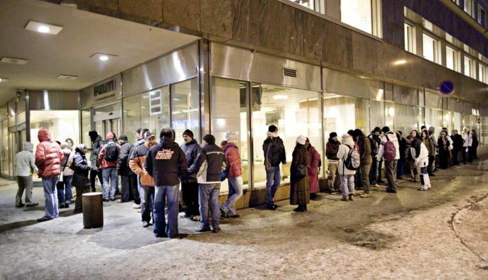 I KØ: Utenlandske statsborgere i kø foran politiets utlendingeseksjon før kopntorene åpner klokken åtte om morgenen. Bildet er tatt i 2007. FOTO: SVEINUNG UDDU YSTAD, Dagbladet