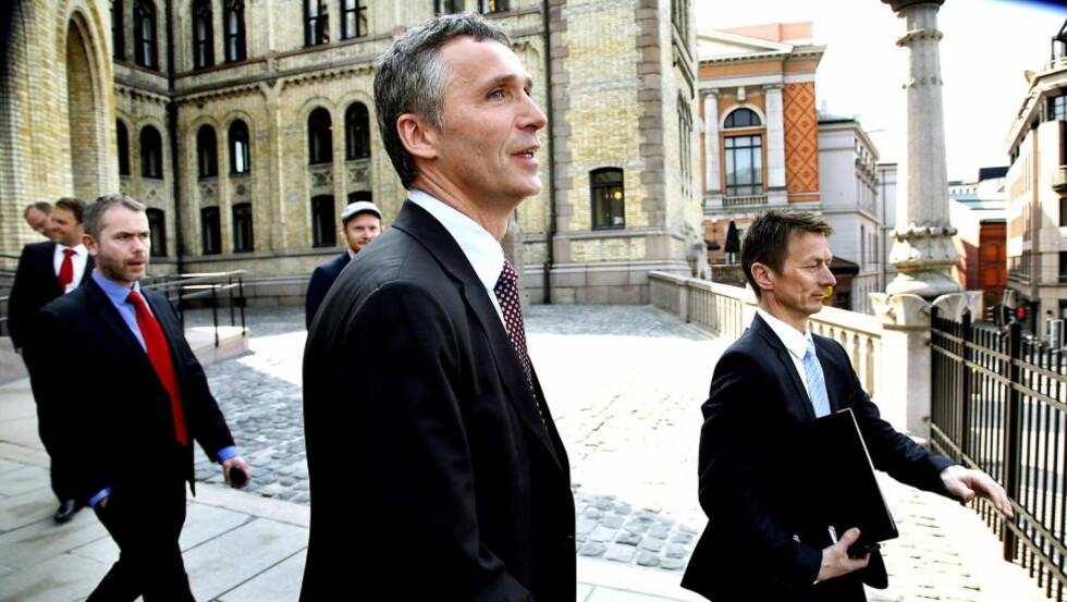 KAN BLI GRANSKET: Hele prosessen med arbeidsdelingen mellom Stoltenberg og kongen kan bli gransket. Her er statsministeren og hans rådgivere Torbjørn Giæver Eriksen (t.v) og Hans Kristian Amundsen (t.h). Foto: Jacques Hvistendahl.