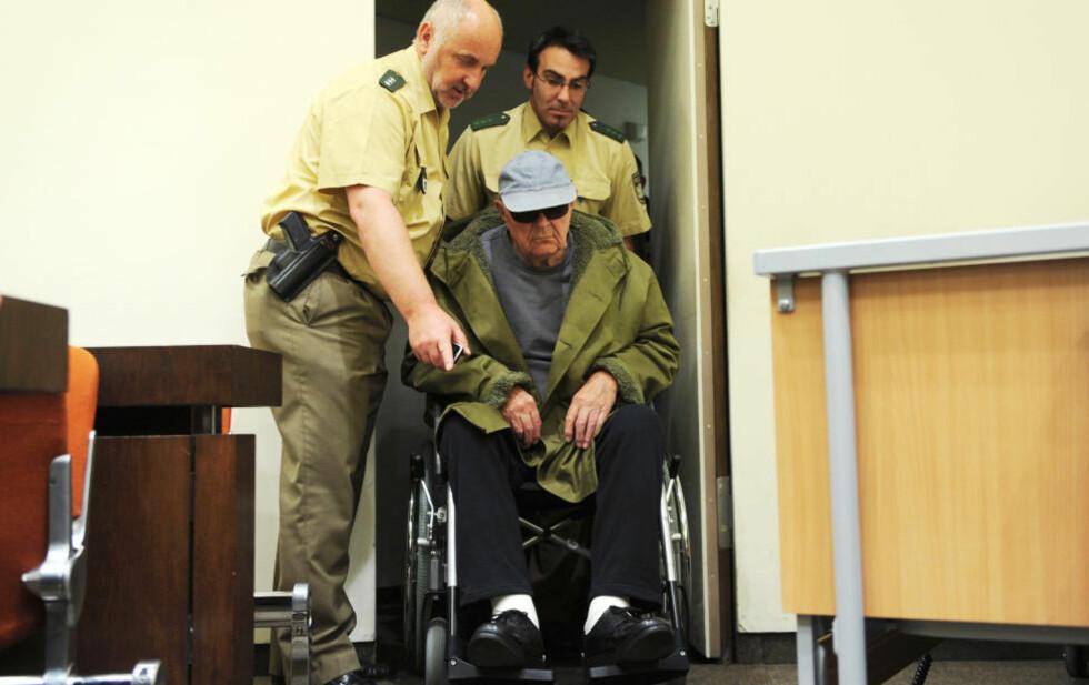 DØMT: John Demjanjuk (91) ankommer rettssalen i München i dag. Til høyre senga den gamle mannen har brukt å hvile i under rettsforhandlingene. Foto: CHRISTOF STACHE/AFP/SCANPIX