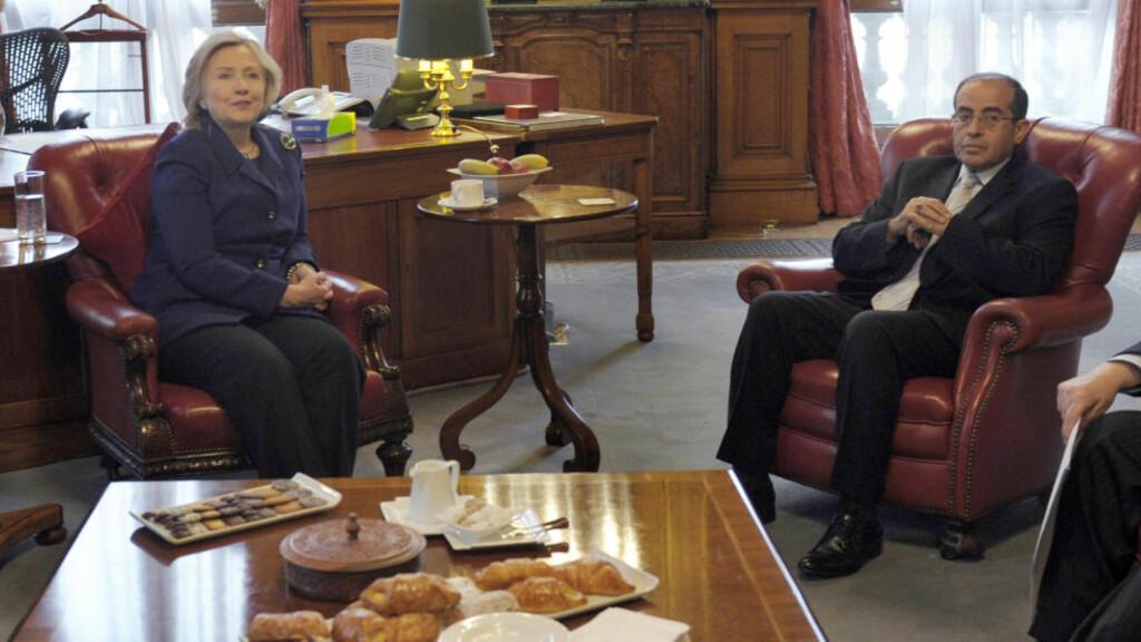 MØTTE HILLARY:  USAs utenriksminister Hillary Clinton har tidligere møtt opprørsrådslederen Mahmoud Jebril. Nå skal USA ha opprørsrådet som samtalepartner. Foto: REUTERS/Susan Walsh