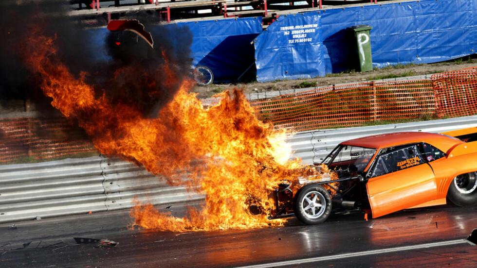 DRAMATISK: Tredve meter etter start på drag-racingbanen på Gardermoen smeller hele motorblokka i bilen til Jan Birkenes. Flammene står opp av panseret, og karosseri og motordeler kastes opp i lufta. Foto: Rune Holm