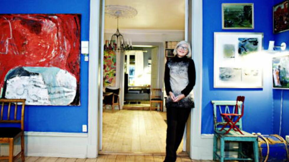 FLYTTER UT:  Rannveig Getz Nordheim viser frem Grotten der hun har bodd i 30 år sammen med Arne Nordheim.
