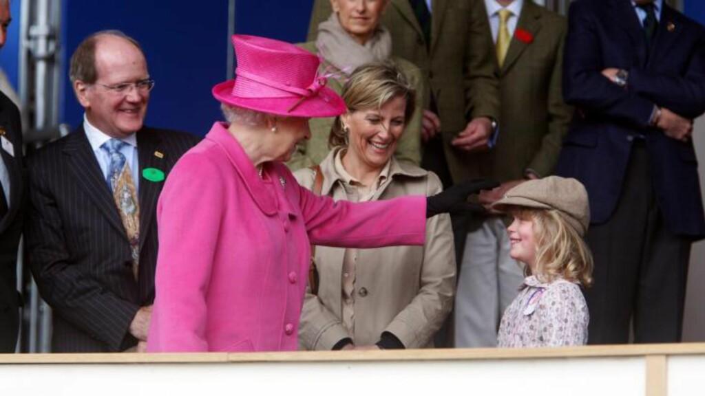 PÅ HISTORISK BESØK: Dronning Elizabeth, her med svigerdatteren Sophie og barnebarnet Louise, skal besøke Nord-Irland. Foto: EPA/STEVE PARSONS/Scanpix
