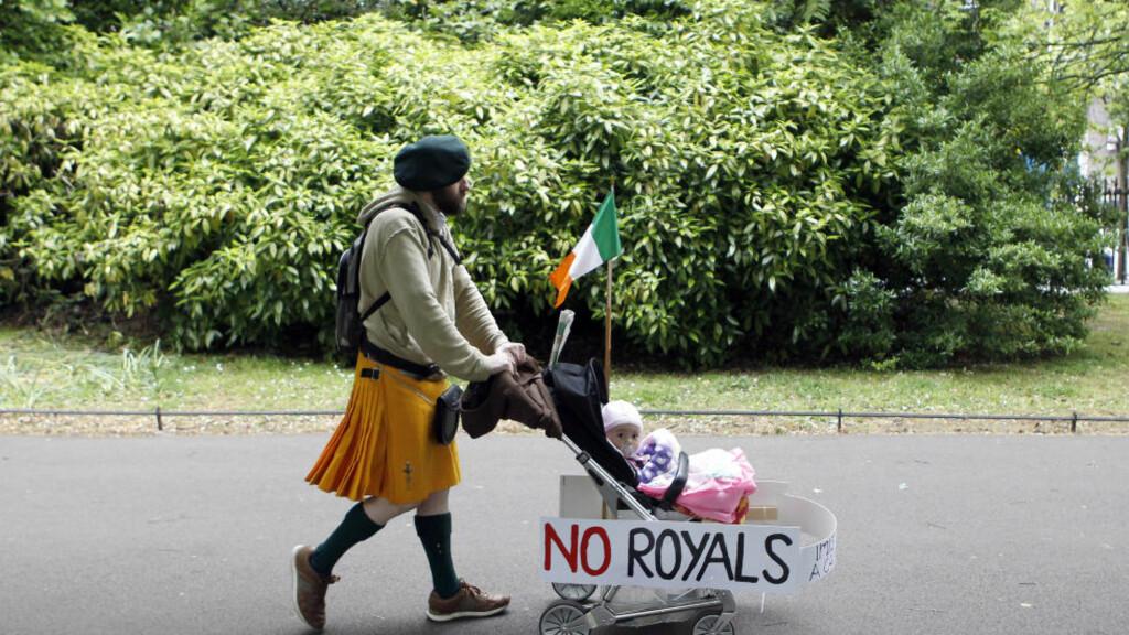 KONTROVERS: Det knytter seg blant mange stor motstant til dronningas besøk. Foto: REUTERS/Cathal McNaughton/Scanpix