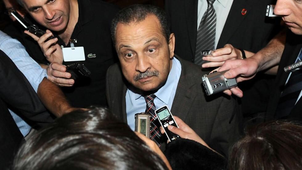 STAKK FRA KADHAFI:  Tidligere statsminister i Libya, nå oljeminister og styreformann i det mektige statsoljeselskapet NOC, Shukri Ghanem, har gått over til opprørerne og har hoppet av til Tunisia, ifølge tunisiske sikkerhetskilder og opprørsledelsen i Libya. Muammar Kadhafis regime har ennå ikke kommentert saken. Her er Ghanem omringet av reportere på et OPEC-møte i Wien 1. februar 2008. ARKIVFOTO: SAMUEL KUBANI, AFP/SCANPIX.