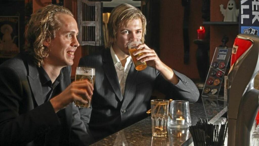 TESTPANEL: Vi Menn Bil-journalistene Pål Andre Skogen og Petter Handeland er fysisk nokså ulike, men promille-utviklingen er lik. FOTO: Egil Nordlien, HM Foto