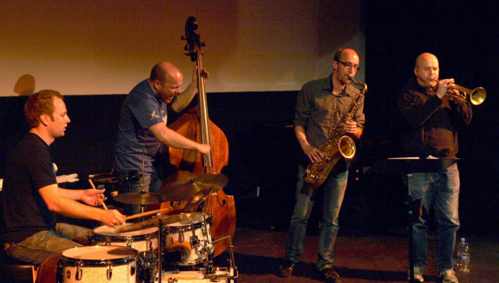 VITAMINBOMBE: IPA - fra v. Håkon Mjåset Johansen, Ingebrigt Håker Flaten, Atle Nymo og Magnus Broo i aksjon under Nattjazz i Bergen i 2009. Foto: Terje Mosnes