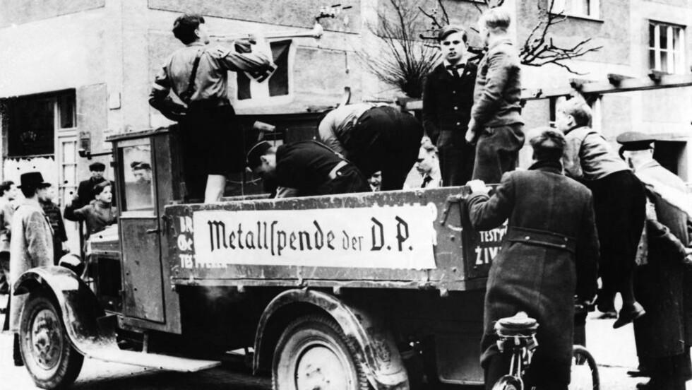 INNSAMLING: Berlin 1943, unge gutter samler i skarpmetall til bruk i den hardt pressede krigsindustrien. Ennå er det forholdsvis fredelig på overflaten. Foto Scanpix