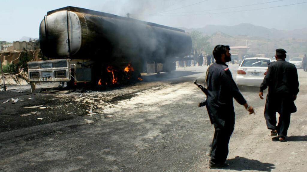 FLERE ANGREP: Bildet er fra et annet angrep på en tankbil med drivstoff til Nato i samme by 3. mai. Foto: AP Photo/Qazi Rauf