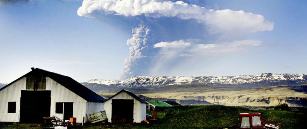 VULKANUTBRUDD: Vulkanskyen fortsetter å stige og er nå over 19 kilometer oppi lufta, sier Hjörleifur Sveinbjörnsson til Dagbladet. Han er geolog ved det islandske meteorologiske instituttet. Han forteller at vulkanutbruddet er kraftigere enn fjorårets. Foto: AFP/SCANPIX