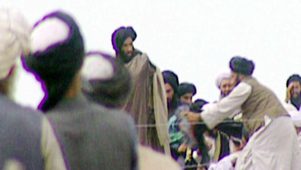 PÅSTANDER OM HANS DØD:  Ryktene begynte å svirre i dag om at Talibans åndelige leder mulla Mohammed Omar skal ha blitt drept i Pakistan. Verken afghanske, pakistanske eller amerikanske myndigheter har kunnet bekrefte dette. Noen antyder også at dette er rene spekulasjoner. Dette bildet skal angivelig vise mulla Omar (midten), og er hentet fra BBC Newsnights program om Omar i 1996.Foto: AFP PHOTO/ BBC NEWS/NEWSNIGHT/SCANPIX