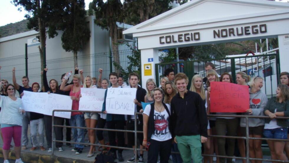 REKTOR-KRANGEL:  En gruppe eleber ved Den Norske Skole demonstrerte utenmfor skolen i desember i fjor mot at den forrige rektoren fikk sparken. FOTO: PRIVAT.