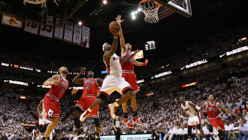 36 POENG: Her suser LeBron James (nummer 6) fram i kjent stil for Heat mot Bulls. Foto: Mike Ehrmann/Getty Images/AFP