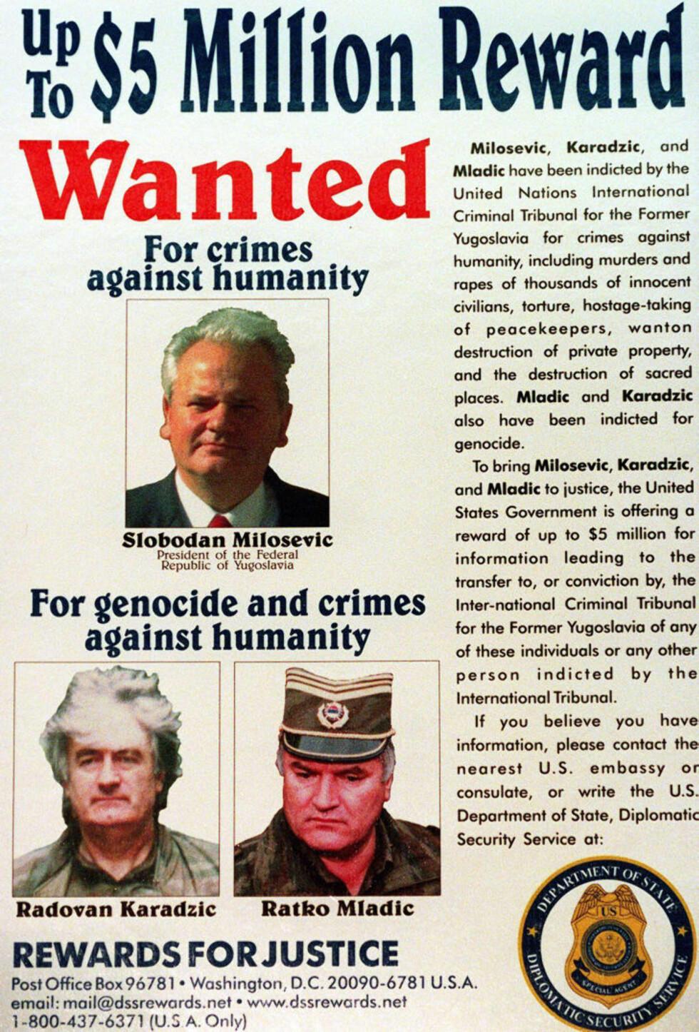 DØDELIG TREKLØVER: USA offentliggjorde den 2. mars 2000 denne plakaten, hvor de ber om hjelp til å stille dette trekløveret for retten: Den tidligere serbiske presidenten Slobodan Milosevic, Radovan Karadzic som var president for serbernes selv-proklamerte republikk i Bosnia-Hercegovina, og de bosniske serbernes hærleder general Ratko Mladic. Foto: AFP/George Bridges.