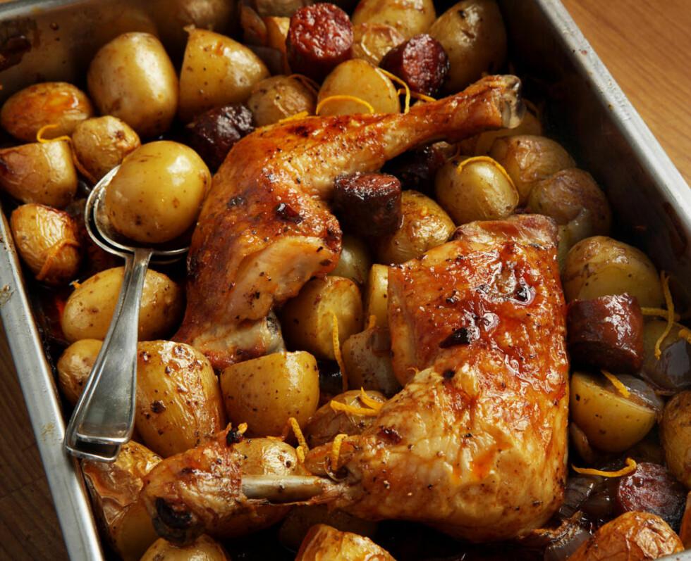 Fin i formen: Denne hissige, spanske kyllingen har fått selskap av masse chorizo. Kjapt å lage, selv om den trenger en time i ovnen.
