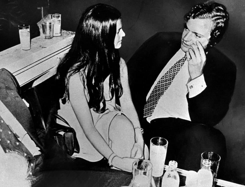 FALT PLADASK: Det var kjærlighet ved første blikk, fortalte Carl Gustaf senere om det første møtet med Sivlia. Her er de fotografert sammen på nattklubb i München i 1972. Foto: SCANPIX SWEDEN/PRESSENS BILD