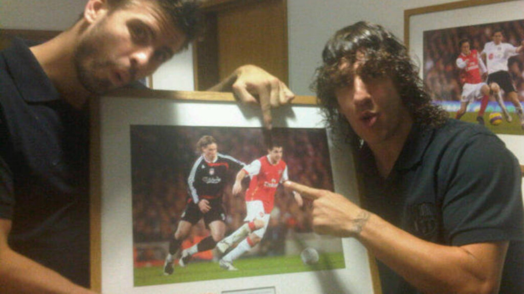 ENDELIG MED: Barcelona-stopperne Piqué og Carles Puyol med bilde av spilleren klubben har ønsket seg lenge, Cesc Fabregas.Foto: @3gerardpique