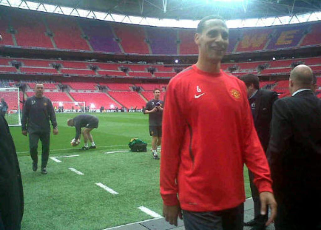 PLETTFRI: Rio Ferdinand skryter av Wembley-matta.Foto: @rioferdy5