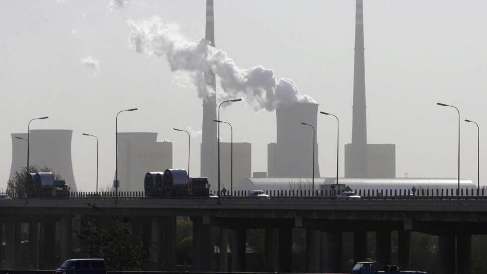 CO2: Beregninger viser en økning i CO2-utslippene på 1,6 gigatonn. Det er den høyeste utslippsøkningen på ett år hittil. Her illustrert med et bilde fra Beijing. Foto: AFP/Frederic J. BROWN