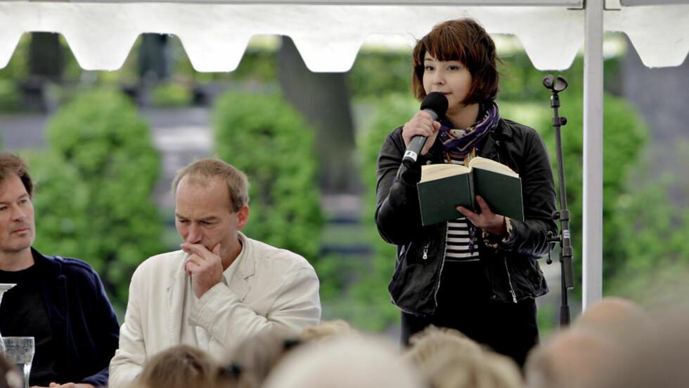 HOVEDGJEST: Det var stappfullt i parken da Maria Amelie leste fra boka si under Litteraturfestivalen på Lillehammer. Men også mer ukjente navn trakk folk på festivalen. Foto: Lars Eivind Bones /Dagbladet