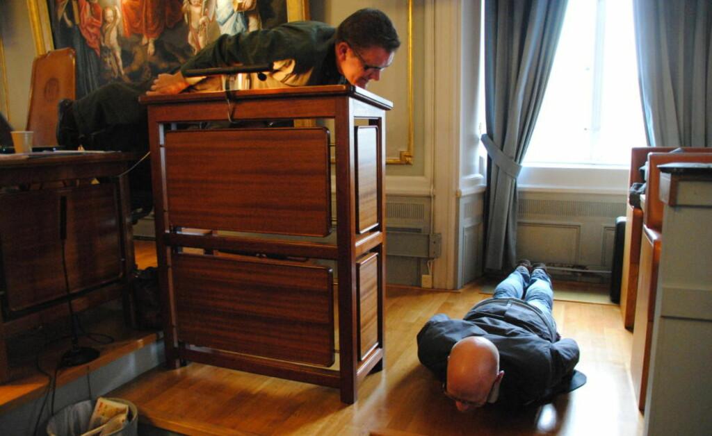 LA SEG LANGFLATE:  Etter at Fremskrittspartiet hadde uttrykt bekymring for planking fra talerstolen, gikk representanter fra Venstre og Arbeiderpartiet til verks. Foto: Morten Ellingsen.